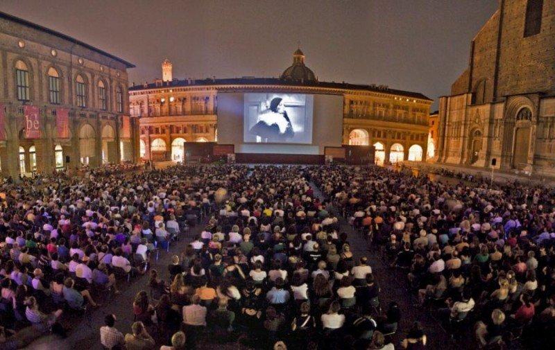 Spettacoli in piazza a Bologna